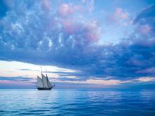 Segelschiff Vor Stimmungsvolle...