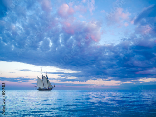 Foto op Plexiglas Schip Segelschiff vor stimmungsvollem Himmel