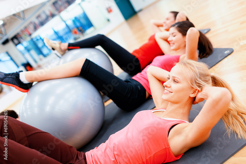 Photo  group of people working out in pilates class