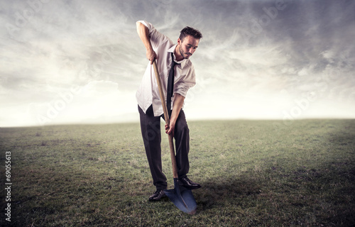 Photo  young man digging in a field