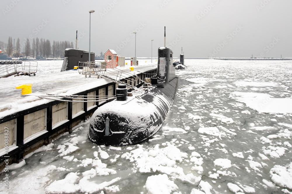 Fototapeta okręt podwodny w zimowym porcie