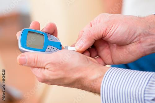 Fotografía  Senior mit Diabetes benutzt Blutzuckermessgerät