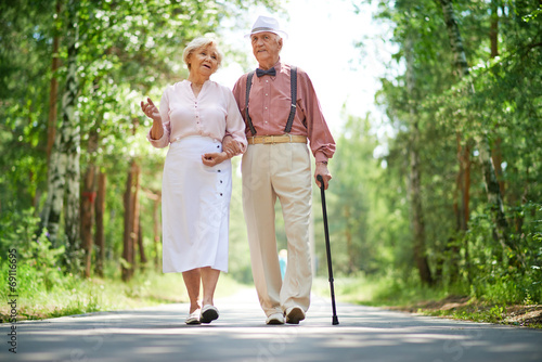 Slika na platnu Walking seniors