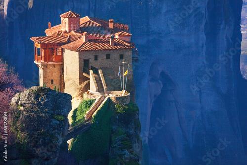 Carta da parati Close view on Rosanou monastery, Greece