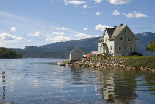Papiers peints Scandinavie idyllisches landhaus am hardangerfjord, norwegen