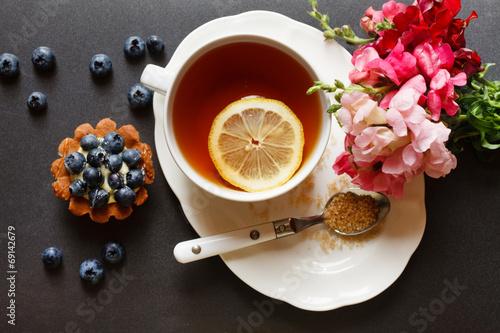 Zdjęcie XXL filiżanka herbaty z ciastem i kwiatami
