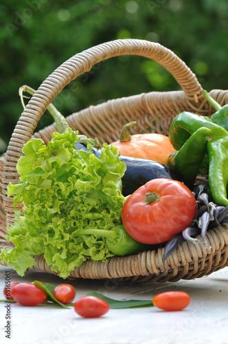 panier de légumes sur table de jardin – kaufen Sie dieses Foto und ...