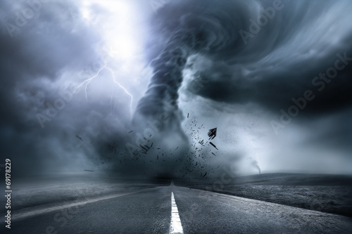 Foto  Destructive Powerful Tornado