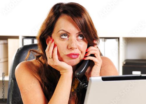 Fotografie, Obraz  Sekretärin telefoniert genervt und sitzt hinter Computer