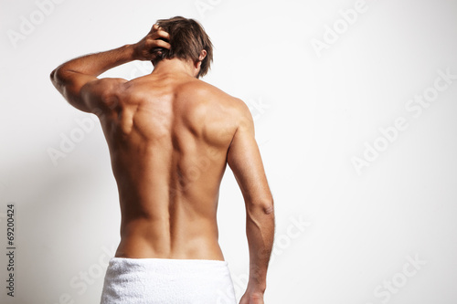 Fotografía  perfect fit man from the back in white towel