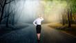 canvas print picture - Geschäftsfrau muss sich bei einer Weg-Gabelung entscheiden
