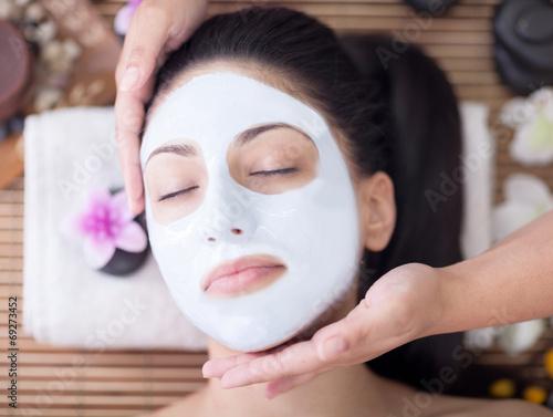 Obraz na plátně  Spa terapie pro mladé ženy, které mají masky v salonu krásy obličeje