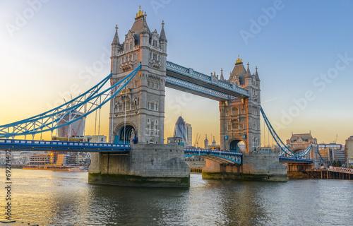 slawny-wierza-most-przy-zmierzchem-londyn-anglia