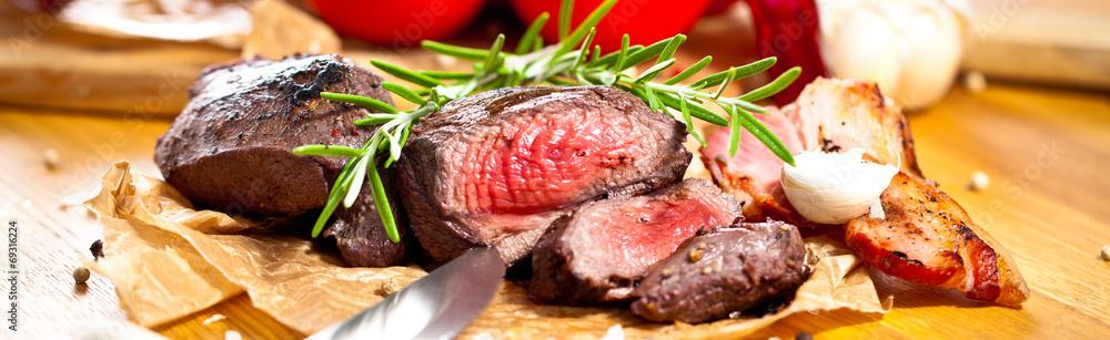 Fototapeta Saftiges steak fleisch auf dem Tisch