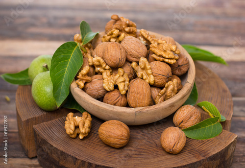 Fotografía  Fresh walnuts in the bowl