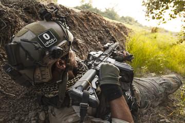 żołnierz w górach podczas operacji wojskowej.