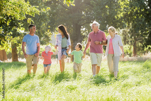 Juliste  Multi-Generation Family Enjoying Walk In Beautiful Countryside