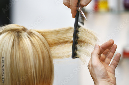 Woman Haircut the hair in salon Fotobehang