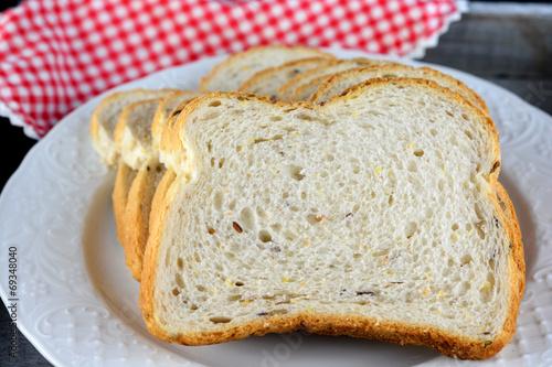 Recess Fitting Bakery Vers meergranenbrood op een wit bord