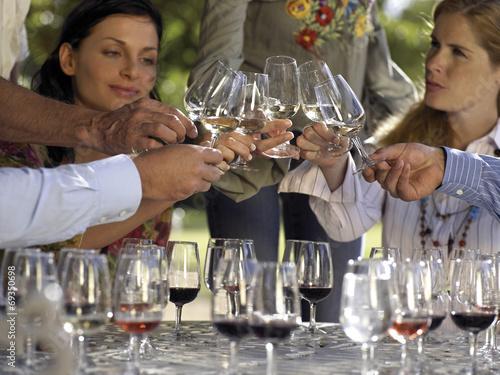 Fotografía  Wine tasters tasting wine.