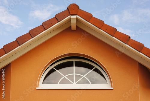 Superb Hausgiebel Mit Modernem Bogenfenster
