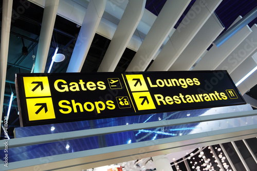 Foto op Canvas Luchthaven Airport terminal direction sign