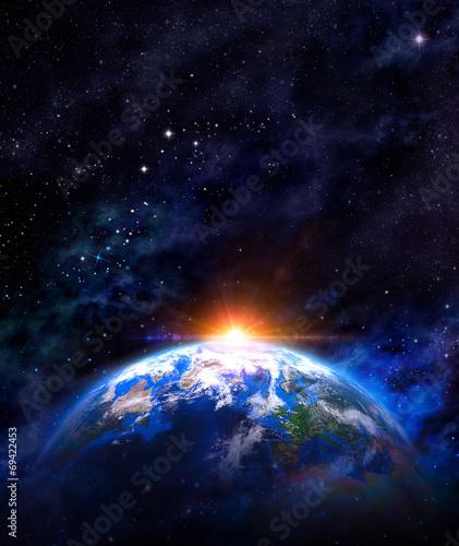 fototapeta na lodówkę wschód słońca nad ziemi w przestrzeni kosmicznej