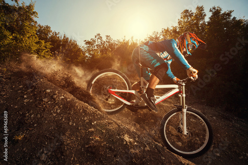 Carta da parati Downhill mountain bike. Man cyclist riding bicycle