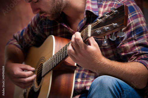 Photo  musician playing acoustic guitar
