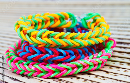 Fotografía  Colorful Rainbow loom bracelet rubber bands fashion close up