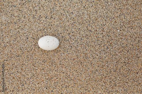 Photo sur Plexiglas Zen pierres a sable Sassi sulla sabbia