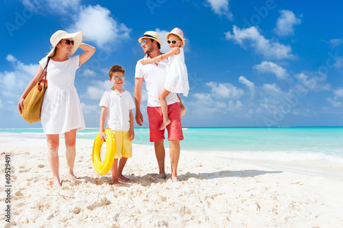 Juliste  Family on a tropical beach vacation