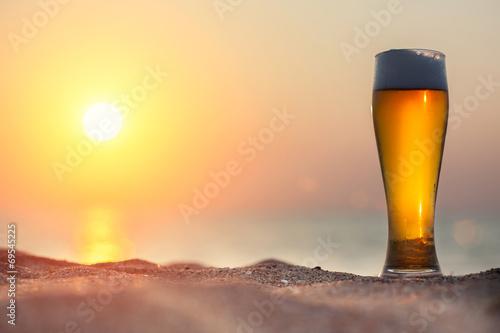 szklanka-piwa-na-zachod-slonca