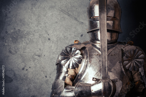 Photo  knight wearing armor and holding two-handed sword