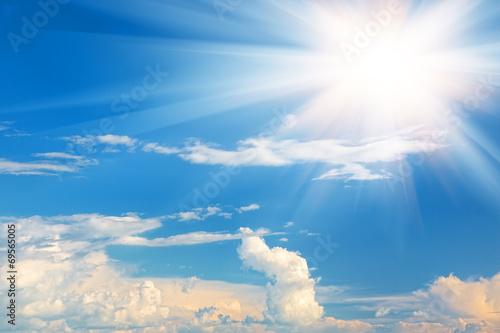 Rozbłysk słońca z białymi chmurami