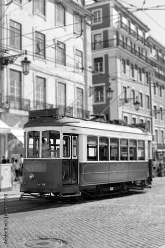 tramwaj-w-lizbonie-retro-czarno-biale