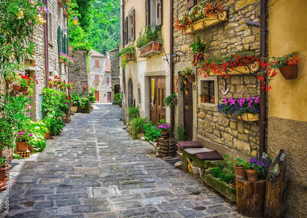 Włoska ulica w małym prowincjonalnym miasteczku Tuscan