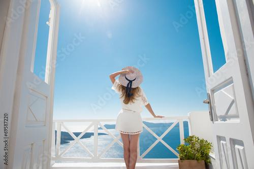 Fotografie, Obraz  Hübsche Frau im weißen Kleid auf Santorini in Creta