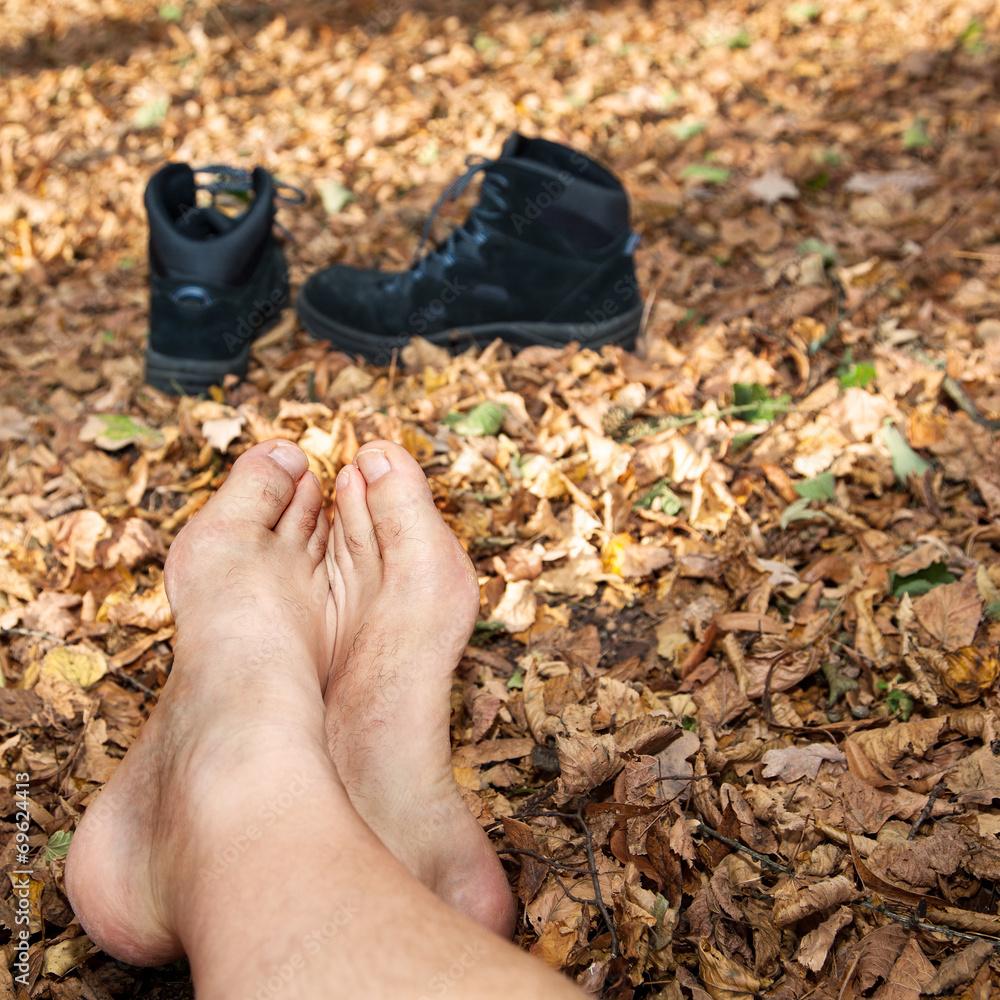 Schuhe und nackte Füße im Herbstlaub Foto, Poster