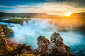 Islandia, Godafoss o zachodzie słońca, piękny wodospad, długi czas ekspozycji