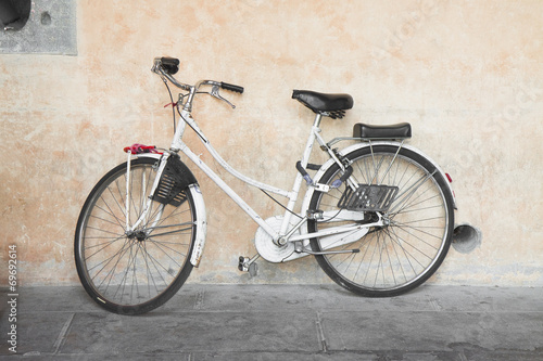 White bicycle against the wall © Francesco Scatena