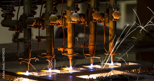 Photo CNC LPG cutting with sparks close up