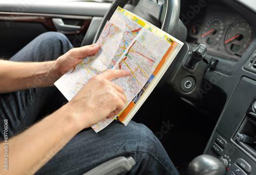 Fotografía  Mann sucht seinen Weg auf einer Karte