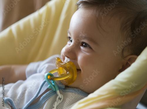 Fotografie, Obraz Bebé con chupete riendo