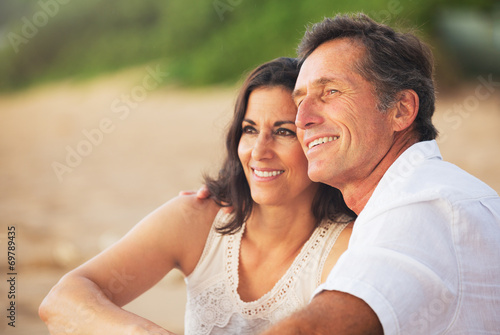 Fotografia  Mature Couple Enjoying Sunset on the Beach