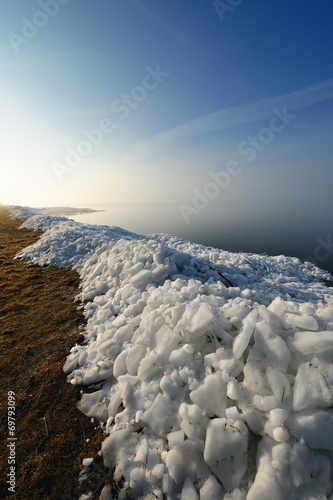 Fotobehang - Morze, zima, wał z kry lodowej po zimie