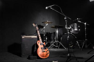 Komplet glazbenih instrumenata tijekom koncerta