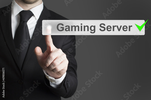 Photo  businessman pushing button gaming server checked