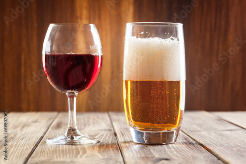 Foto op Canvas Alcohol Red wine glass and glass of beer
