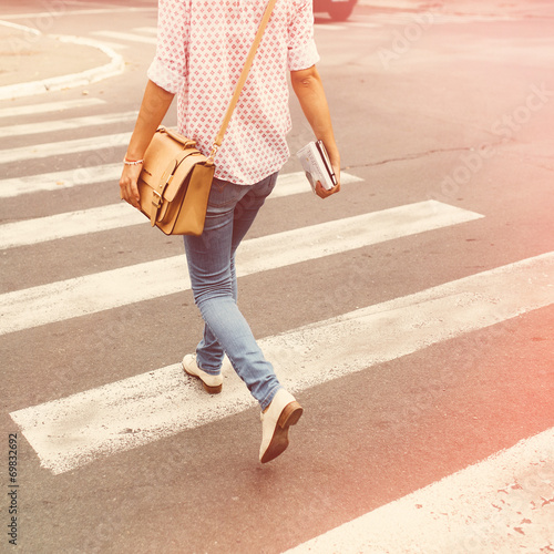 Foto  Young woman walking in the city